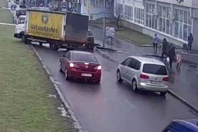 Вінниця 13 лютого: пошкоджений газон та графіті на стіні