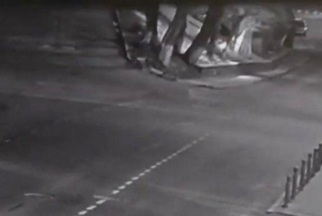 На Оводова водій Nissan не «вписався» у поворот: відео за вихідні
