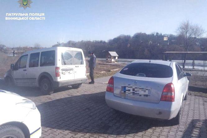 П'яна ДТП: водій не розминувся з припаркованим Nissan та застряг у болоті