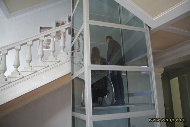 Неможливе стало можливим: у Вінницькій ОДА встановили ліфт для людей з інвалідністю