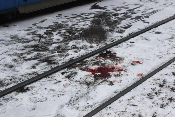 Сліди крові на снігу: на Замостянській трамвай збив жінку. Особу встановили (ОНОВЛЕНО)