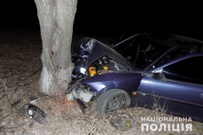 Водій на «Опелі» не вписався у поворот та зіткнувся з деревом. Є постраждалі