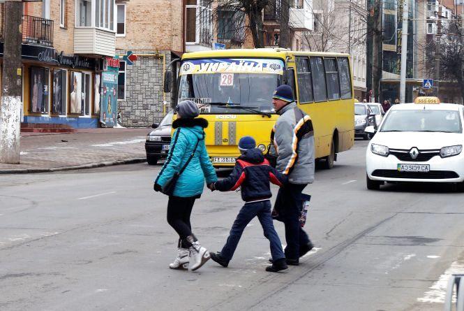 Нічні маршрутки та тролейбуси у села. Як влада відповідає на транспортні петиції