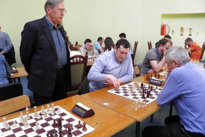 Організаторам шахових турнірів в середині 90-х доводилося виносити із дому деякі речі, щоб нагородити призерів
