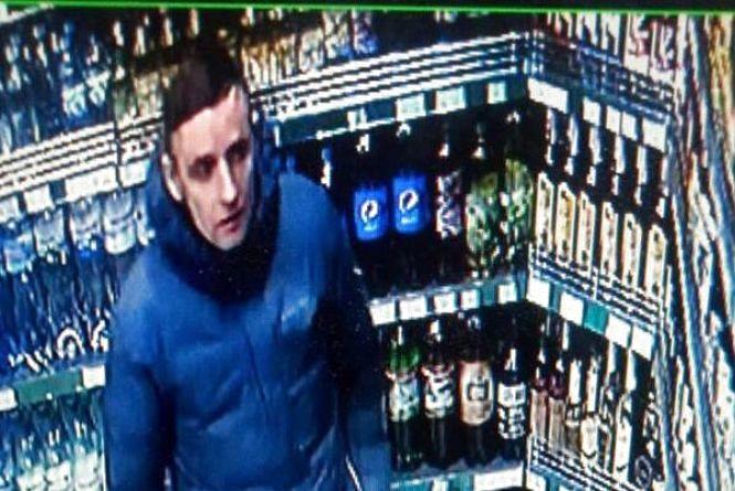 Шукають чоловіка у синій куртці. Його підозрюють у злочині