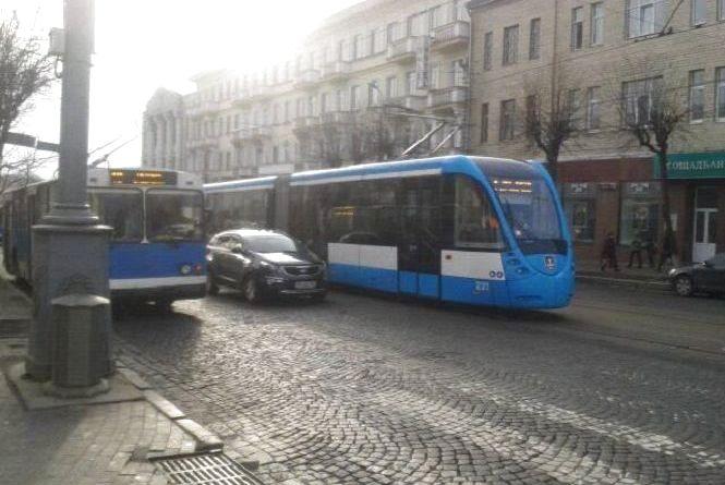 Тролейбус заблокував рух на перехресті Театральна-Соборна