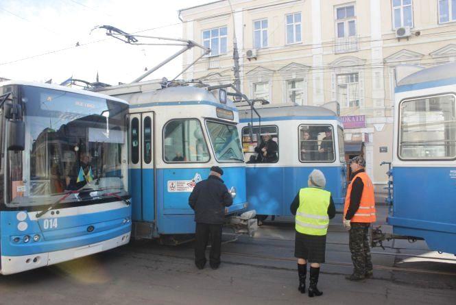 У центрі міста знову стояли трамваї та тролейбуси
