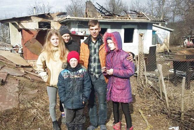 Багатодітна мати з дітьми залишилась на вулиці після пожежі. Допоможіть