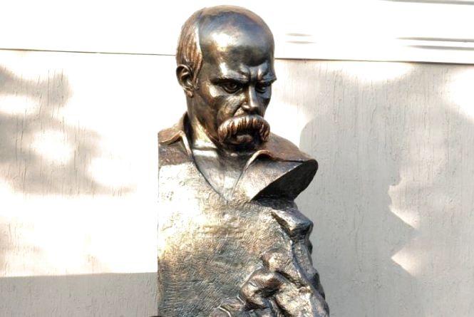 Пам'ятник Кобзареві у… гаражі. У Війтівці зібрали 828 підписів за «визволення» Шевченка з неволі