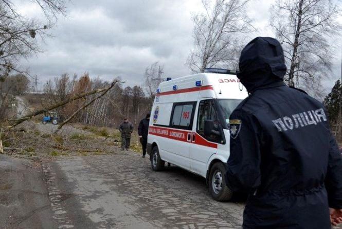 Трагедія в Хмільнику: через шквальний вітер загинула жінка