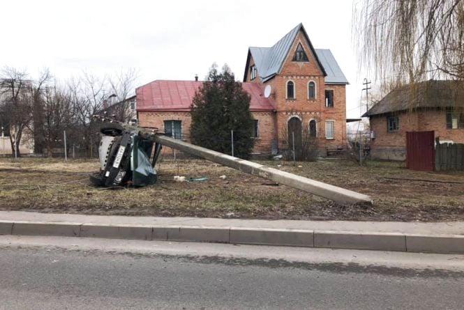 Аварія в Пироговому: легковик зачепив чотири опори і перекинувся