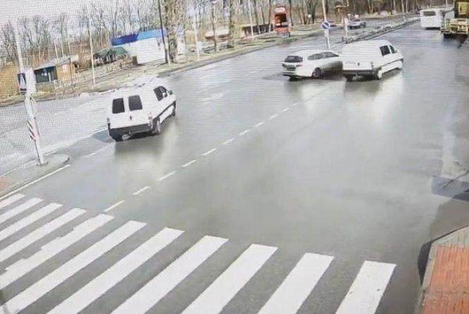 На Немирівському шосе не розминулися дві автівки: відео за вихідні