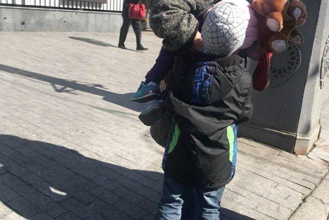 Плакав у тролейбусі: поки бабуся бігала за онучкою, загубився 6-річний малий