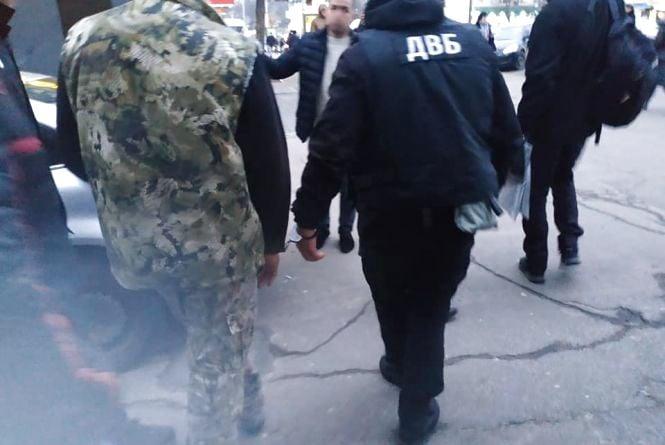 На порозі відділку поліції «закували» в кайданки правоохоронця з грошима