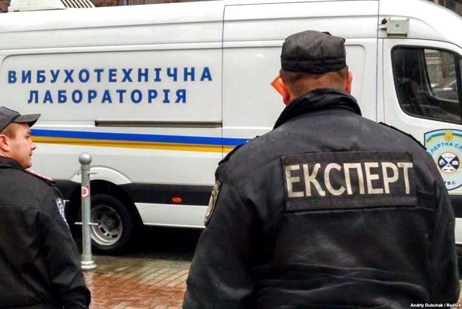 Вибухотехніки та кінологи: біля кредитної спілки залишили підозрілу сумку