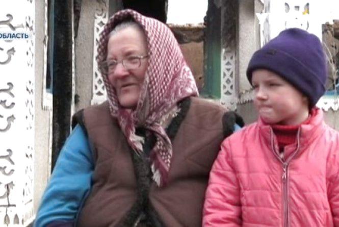 Батько тиран спалив будинок: Бабуся та матір з дітьми живуть у сараї