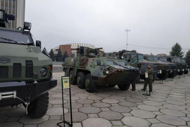 Біля Книжки влаштували виставку військової техніки (ФОТО ДНЯ)