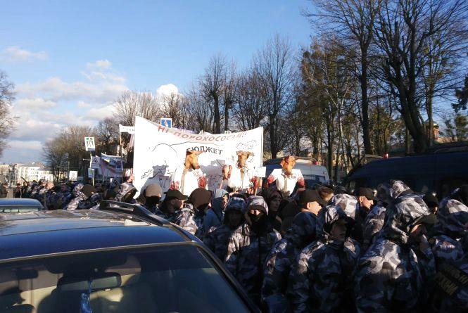 Мітинг біля Книжки: свинячі голови та десятки правоохоронців