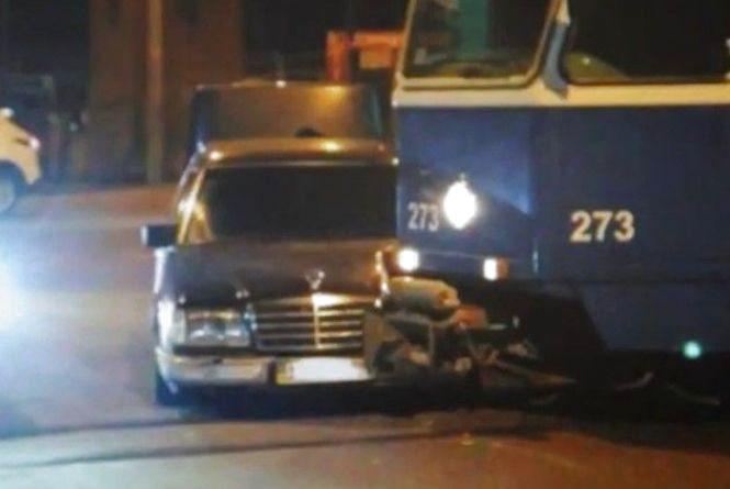 Водій «Мерседесу» врізався у трамвай та вінничани нокаутували «школяра»: відео за вихідні