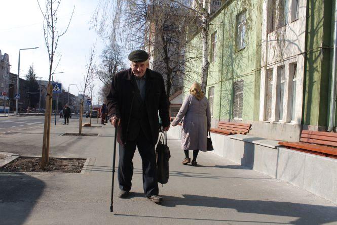«Старим важко подолати ці 100 метрів» Чому забрали зупинку на Замостянській