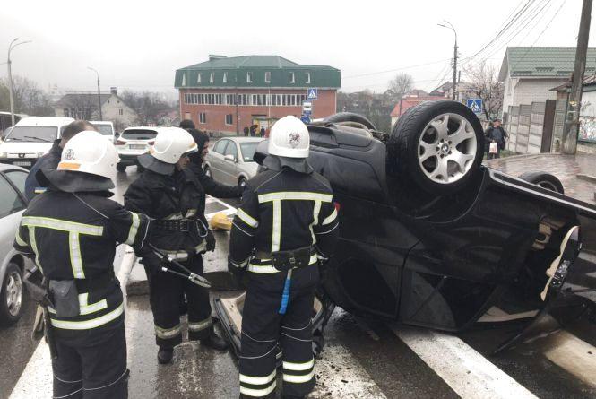 Заблоковані у «ВАЗі», перекинута автоцистерна та BMW. Рятувальники тричі виїжджали на ДТП