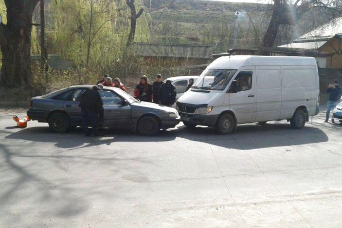 ДТП біля ресторану «Солоха»: водій «Мазди» лоб у лоб врізася у бус