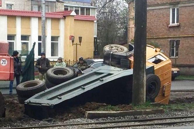 «Застряг у текстурах»: на Замостянській завалилася вантажівка
