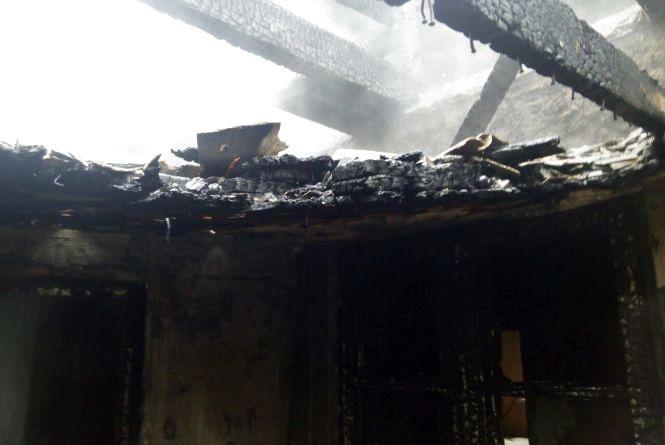 Підлітки у палаючому будинку: у Жмеринці дві пожежні машини гасили хату