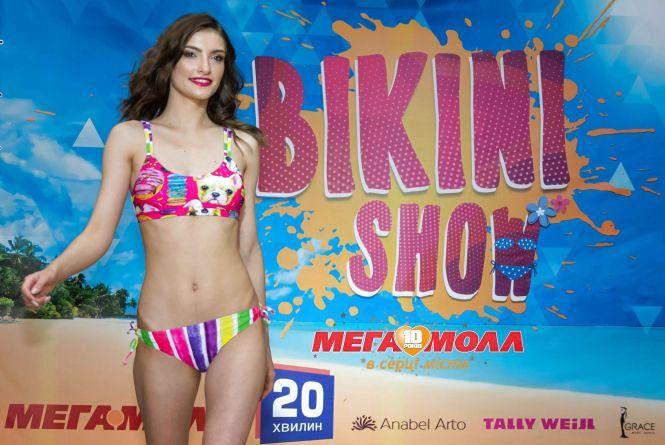 Дівчата у купальниках, пісок під ногами та прохолодні напої: в «Мегамоллі» пройшло Bikini show