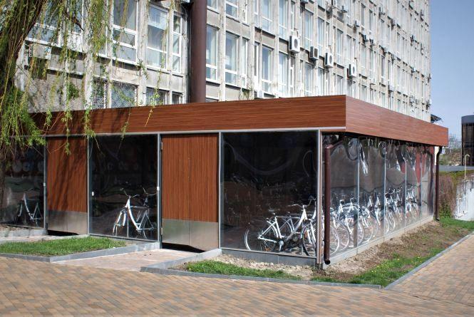 У центрі міста поставили критий паркінг і 40 велосипедів. Хто ними буде користуватися?