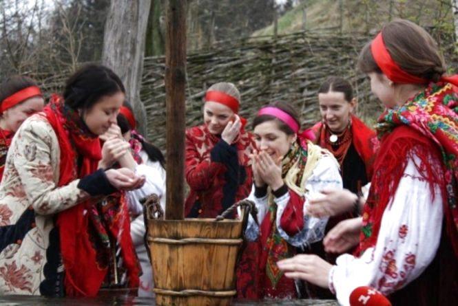 «Дівчат не тільки обливали, а й в річку кидали». Сьогодні - обливаний понеділок, не сердіться, якщо окроплять водою