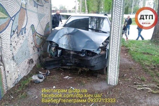 Під Вінницею п'яний «в мотлох» водій на «дев'ятці» врізався в зупинку (ФОТО)