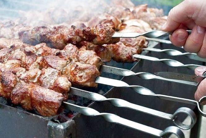 «Тільки не заморожене»: розповіли про правила вибору м'яса для шашлику