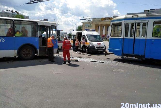 Біля Будинку офіцерів зіткнулися трамвай та тролейбус. На місці три швидких (ОНОВЛЕНО)