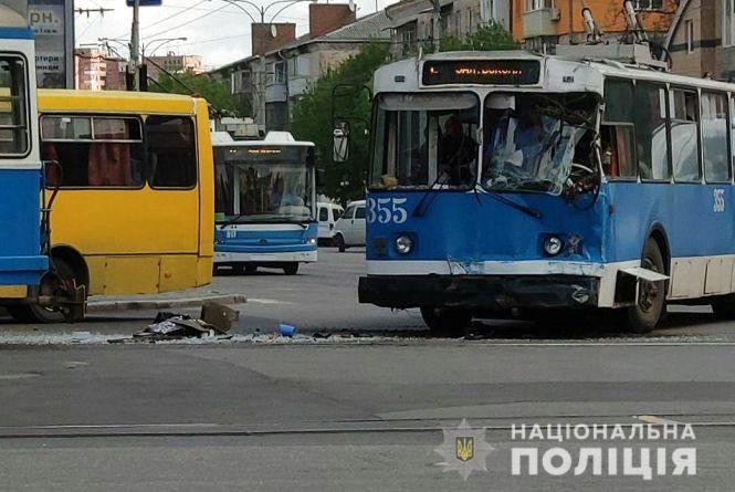 Зіткнулися тролейбус та трамвай: у поліції розказали перші подробиці слідства
