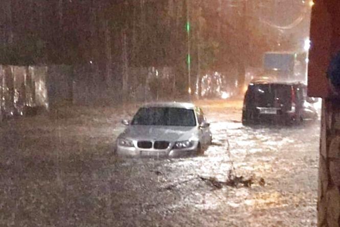 «Плавали» та губили номери: вечірня злива у Вінниці (ОНОВЛЕНО)