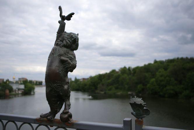 На Київський міст повернули бронзового котика, якого місяць тому скинули у воду