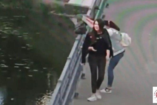 На Київському мосту дві дівчинки виламували скульптури. Є відео