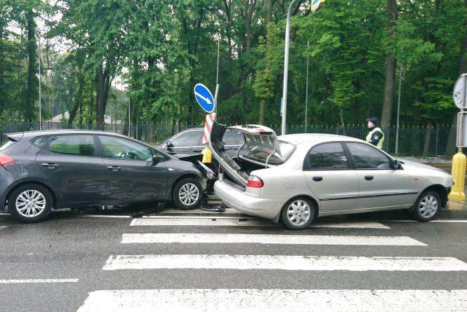 На Магістратській зіткнулися Daewoo та Kia. Машини опинилися на острівці безпеки