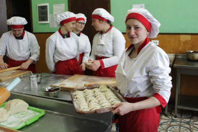 Варенично-пиріжковий батальйон: 33 тисячі штук вареників для бійців приготували у першому училищі