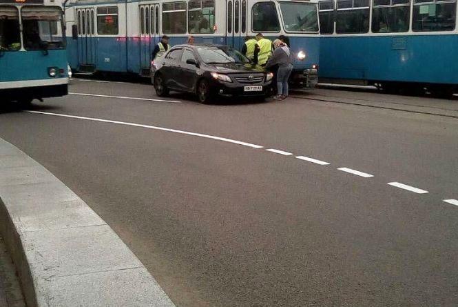 Біля Універмагу водій «Тойоти» не вписався у поворот та зіткнувся з трамваєм (ВІДЕО)
