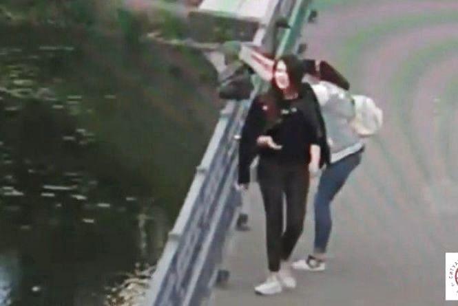 Знайшли дівчат, які намагалися виламати скульптури на Київському мосту (Відео)