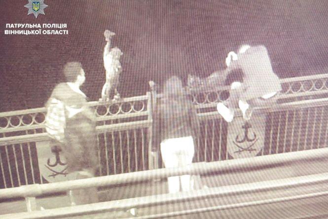 Хуліган у вишиванці: знову на Київському мосту намагалися виламати скульптуру кота