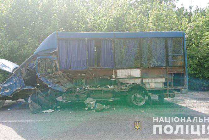 Смертельне зіткнення: водій «Пежо» врізався в маршрутку з 19 пасажирами