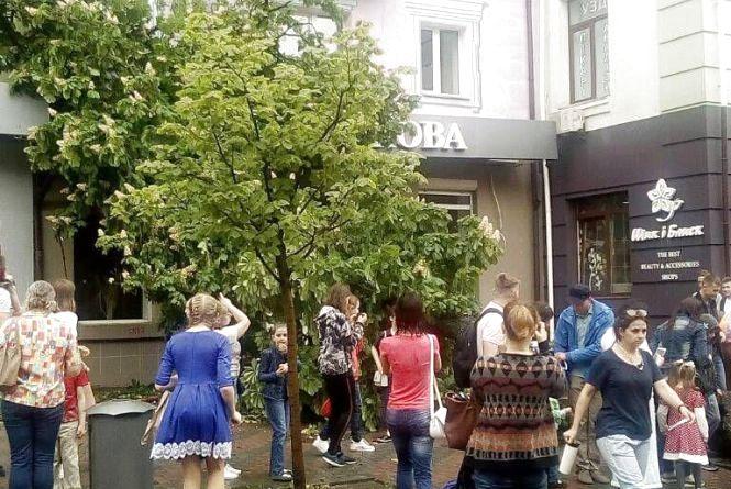 Буревій в місті: впало дерево на пішохідній частині вулиці Соборній