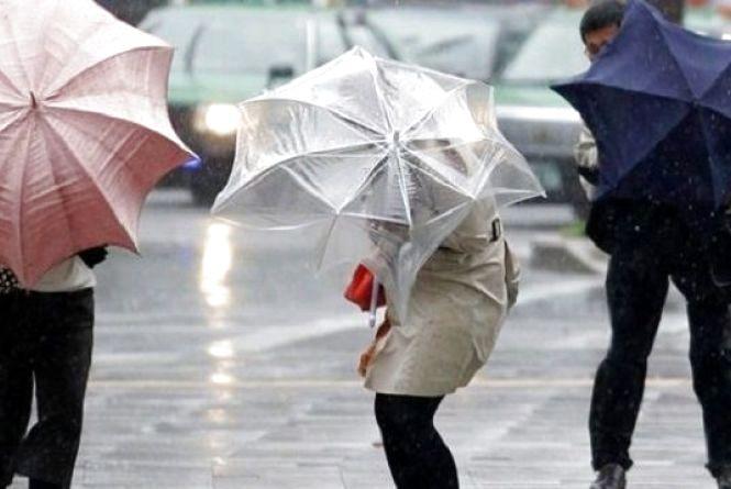 Вітер та гроза: на Вінниччині оголосили жовтий рівень небезпечності