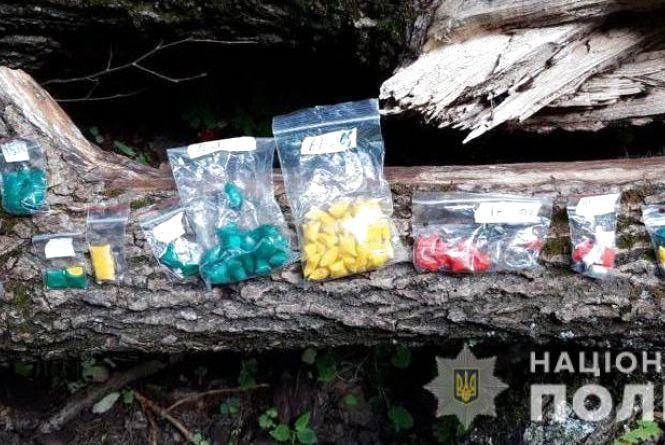 Двадцятирічний вінничанин носив у рюкзаку наркотики. Виявили понад 10 торбинок