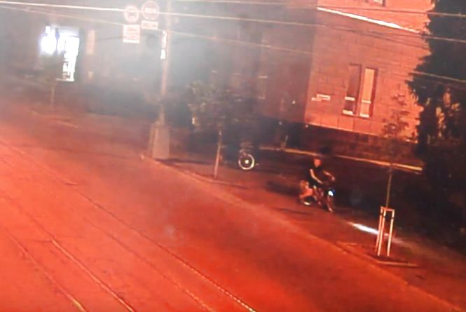 Минулої ночі двоє молодиків виламали дорожній знак