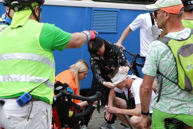«Не послухав інструктаж»: під час велозабігу один із учасників вдарився головою об трамвай
