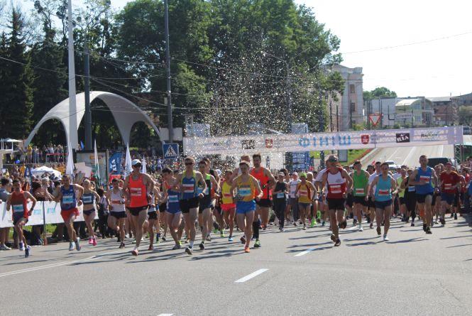 Вінниця біжить: 1100 вінничан та гостей міста побігли 21 і 10 кілометрів